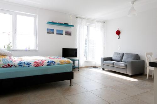 Schlaf- und Wohnbereich mit Zugang zur Terasse